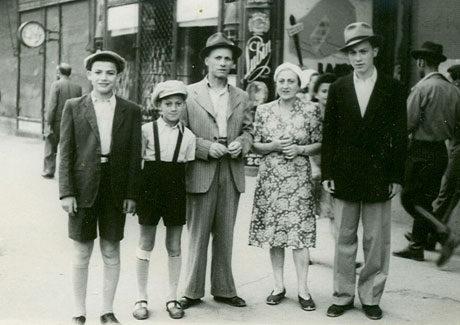 1943: Tibor, brother Tomi, father Hermann, mother Margareta and brother Gabi in Arad